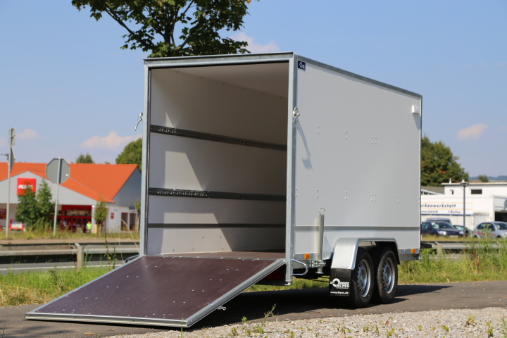 Przyczepa typu furgon z klapą najazdową