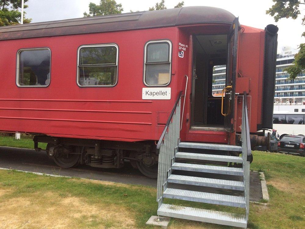 pociąg kaplica Andalsnes.jpg